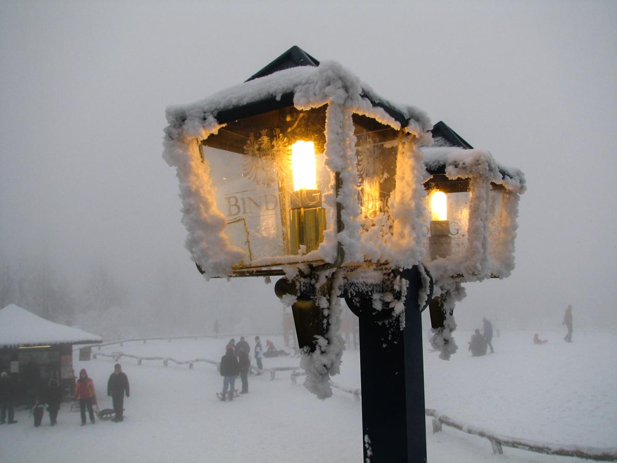 Winterlandschaft mit Leuchte (Bild: Der Weg)