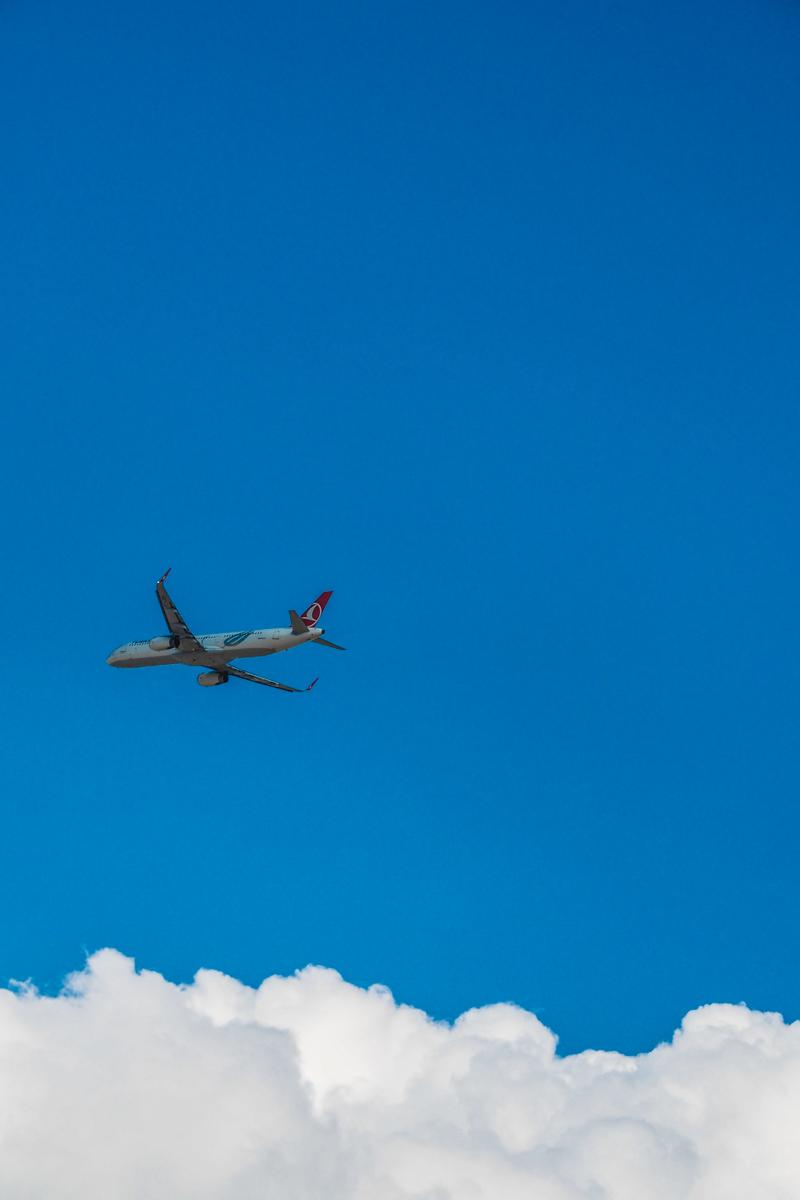 Flugzeug über den Wolken (Bild: Der Weg)
