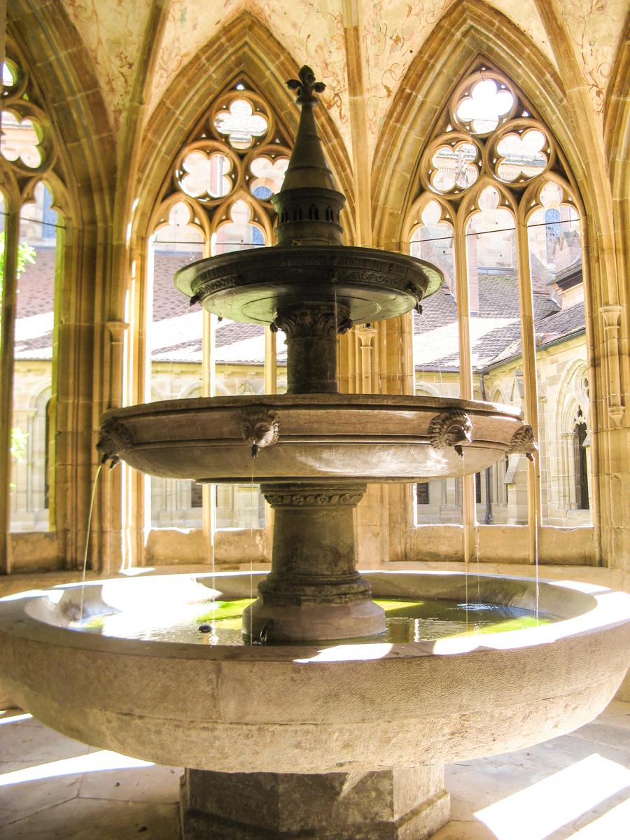 Dreischaliger Brunnen im Kloster Maulbronn (Bild: Der Weg)