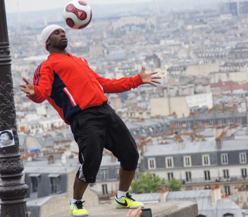 Fußballkünstler Iva Traore in Paris (Bild: Der Weg)