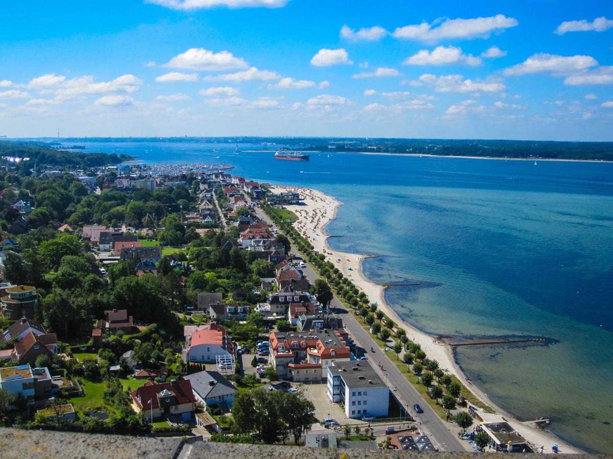 Blick vom Marineehrenmal auf Laboe und die Kieler Förde (Bild: Der Weg)