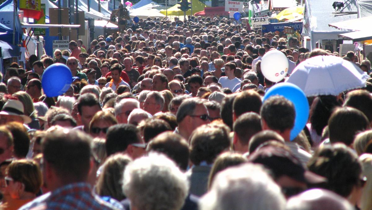 Menschen auf einem Fest (Bild: Der Weg)