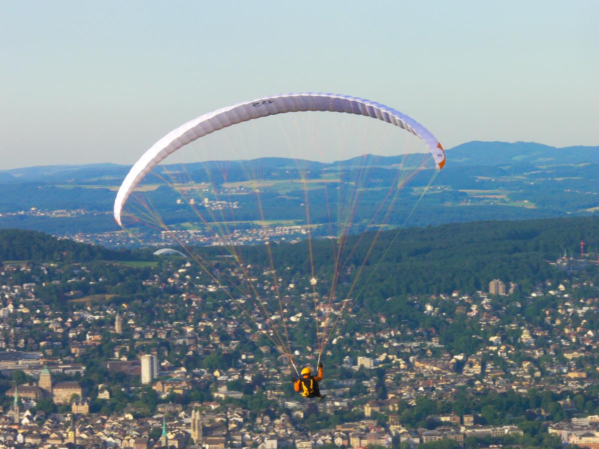 Gleitschirmfliegen  (Bild: Der Weg)
