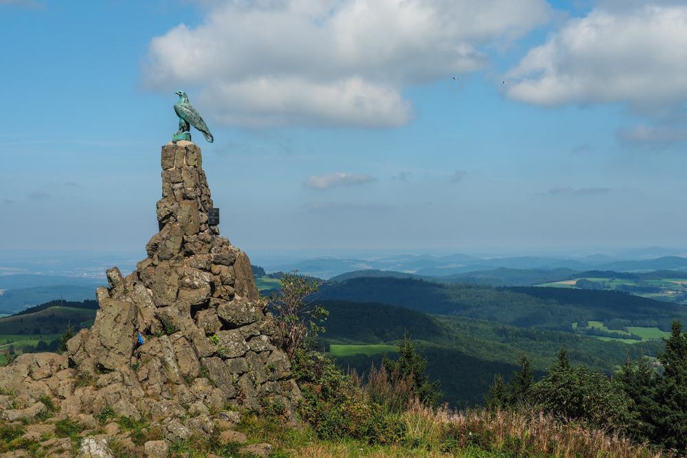 Wasserkuppe Blick und Fliegerdenkmal (Bild: Der Weg)