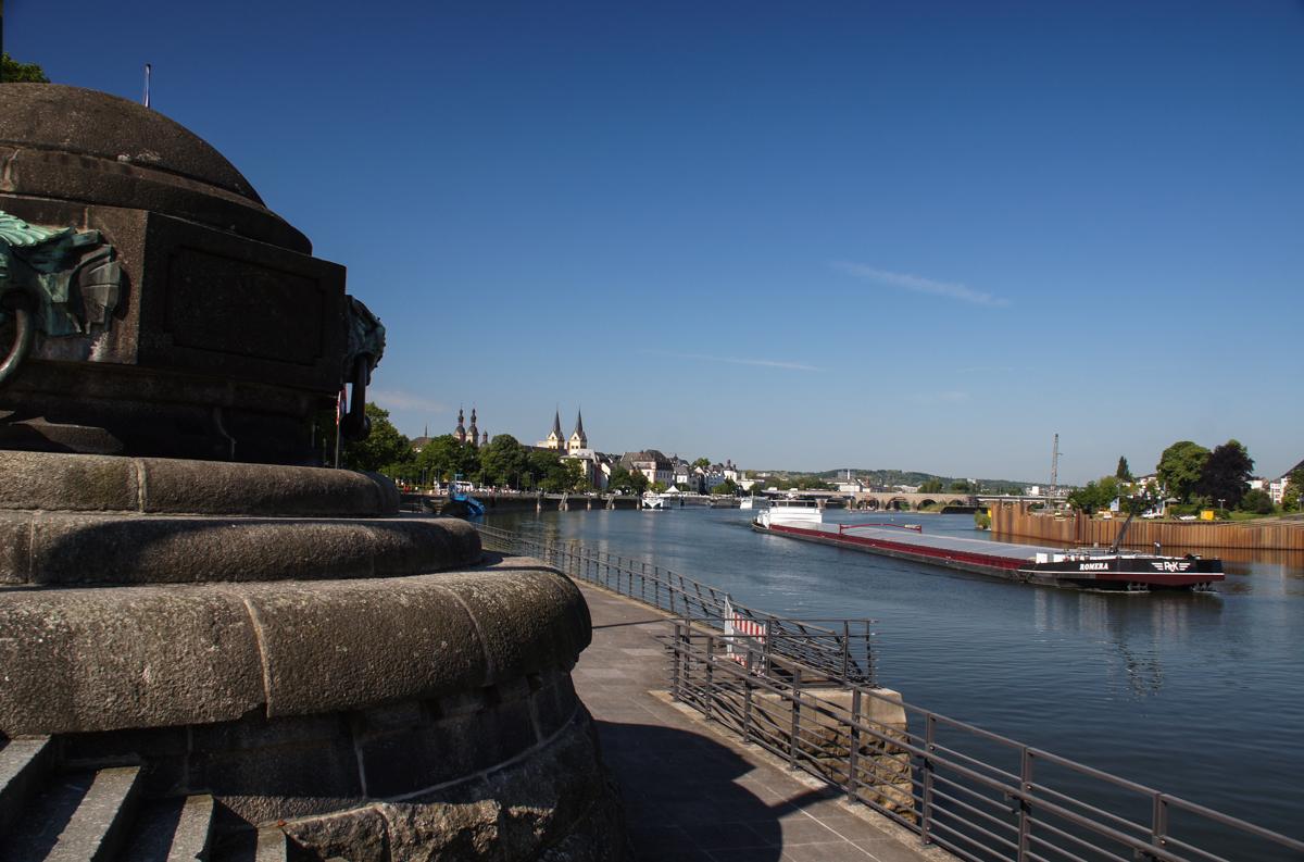 Frachtschiff auf dem Rhein (Bild: Der Weg)